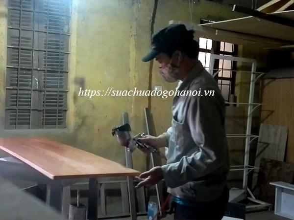 Đội ngũ thợ mộc sửa đồ gỗ, mỗi nhóm có 1 chuyên môn riêng