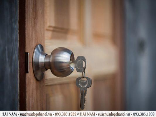 Chìa không cắm hết vào ổ khóa