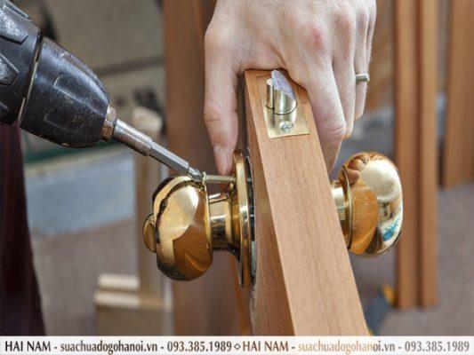 Phân biệt đơn vị sửa chữa khóa cửa gỗ