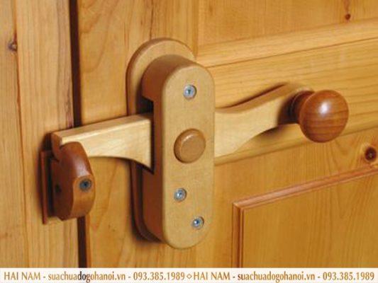 Sửa chữa khóa cửa gỗ đắt hay rẻ